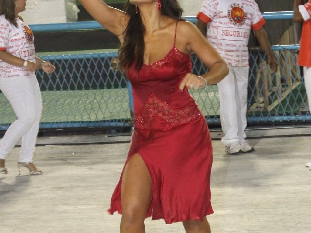 Juliana Paes abre o desfile da Viradouro na Sapucaí. Recentemente ela foi eleita rainha da escola, que atualmente faz parte do grupo de acesso do Rio de Janeiro (18/2/12)