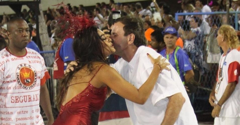 Juliana Paes cumprimenta o prefeito do Rio, Eduardo Paes, no desfile da Viradouro na Sapucaí. Recentemente ela foi eleita rainha da escola, que atualmente faz parte do grupo de acesso do Rio de Janeiro (18/2/12)