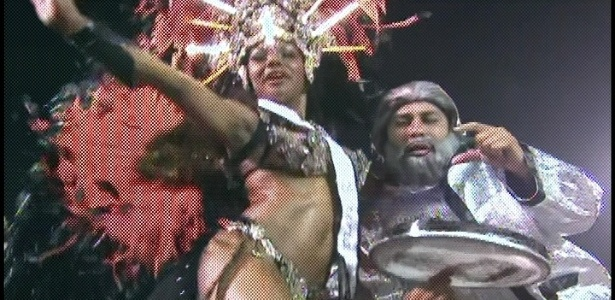 Membros da bateria da Gaviões da Fiel estão vestidos de Lula (19/2/2012)