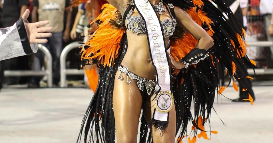 Musa da escola, Scheila Silva mostra seu samba no pé durante desfile da Gaviões da Fiel (19/2/2012)