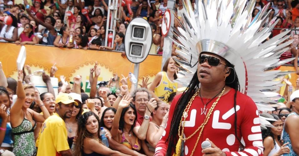 No chão, Carlinhos Brown usa malha vermelha e cocar prateado no circuito Campo Grande (Osmar) (19/2/12)