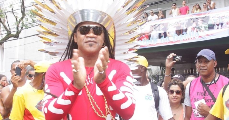 No meio do público, Carlinhos Brown anda pelas ruas do circuito Campo Grande, em Salvador, no domingo (19/2/12)