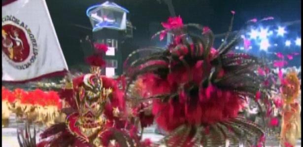 O casal de mestre-sala e porta-bandeira Emerson e Adriana desfila pela Mocidade Alegre (19/2/2012)