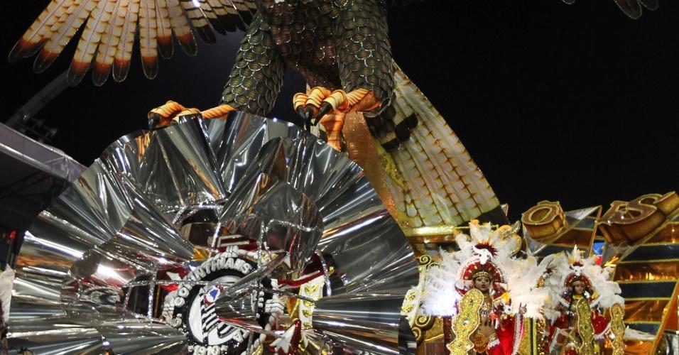 O gavião carcara, espécie de ave de rapina nordestina é o carro abre alas da Gaviões da Fiel em homenagem ao ex-presidente Lula (19/2/2012)
