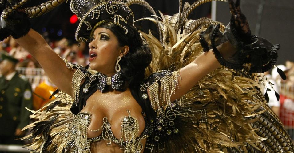 Passista da escola de samba Águia de Ouro com fantasia feita com plumas de faisão