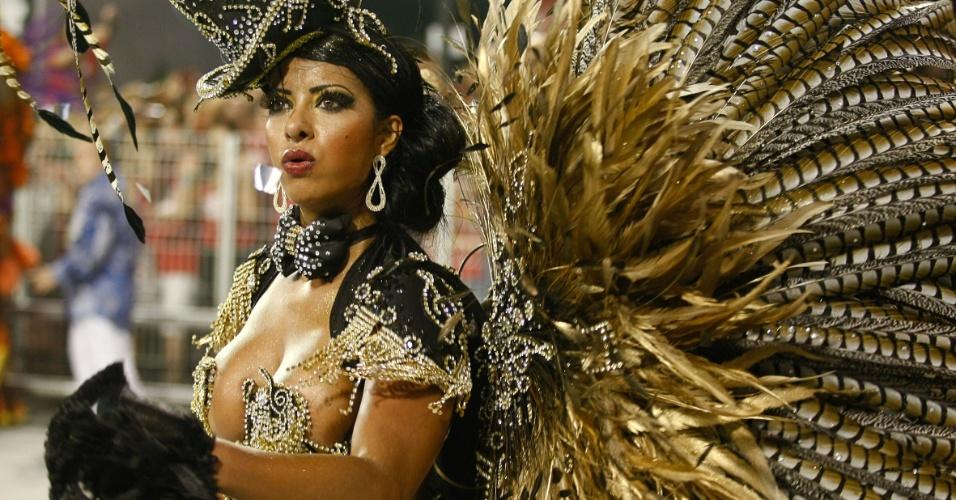 Passista da escola de samba Águia de Ouro com fantasia feita com plumas de faisão (19/2/2012)