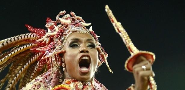 Passista da Mocidade Alegre, cujo samba-enredo foi inspirado no livro