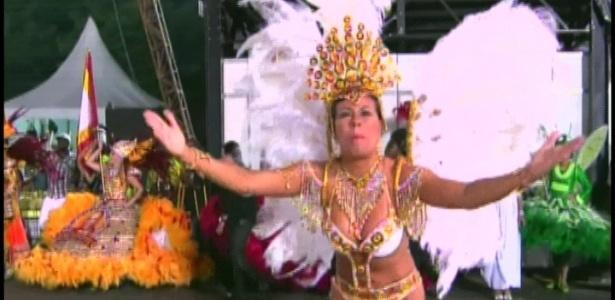Passista da Tom Maior samba alegremente em desfile que pede paz (19/2/2012)