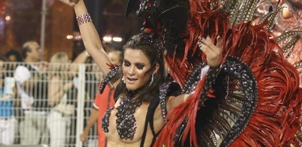Passista samba no desfile da Dragões da Real, no Anhembi, em São Paulo (18/2/12)