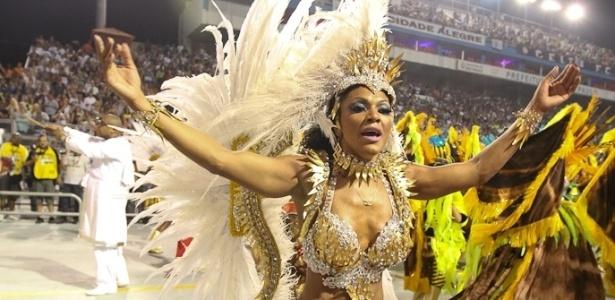 Simone Sampaio, rainha de bateria da Dragões da Real, desfila com a filha no Anhembi, em São Paulo (18/2/12)