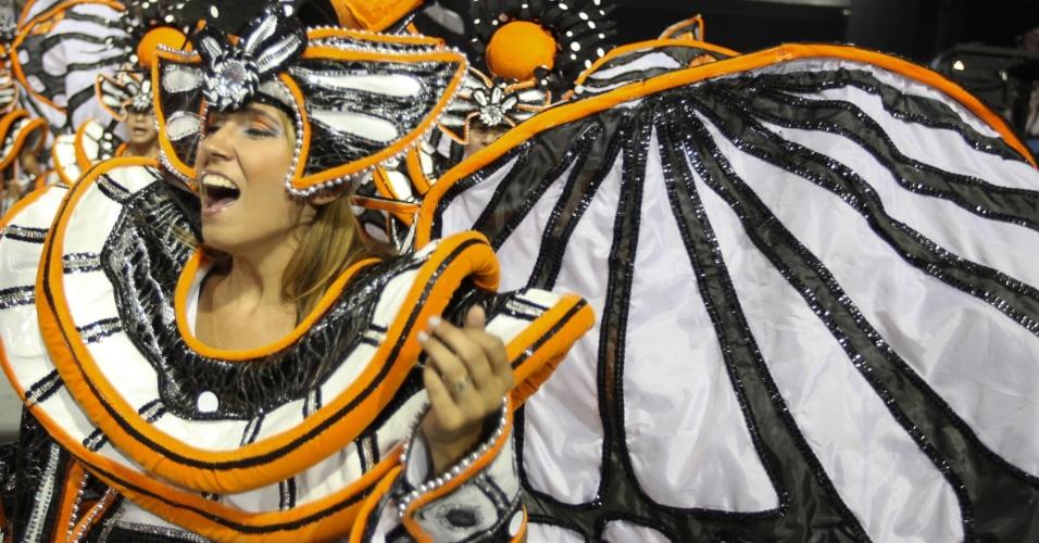 Passista se apresenta no desfile da Gaviões da Fiel (19/2/2012)