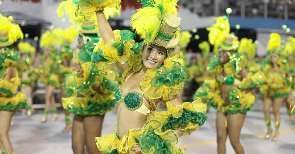 Passistas com as cores da bandeira brasileira