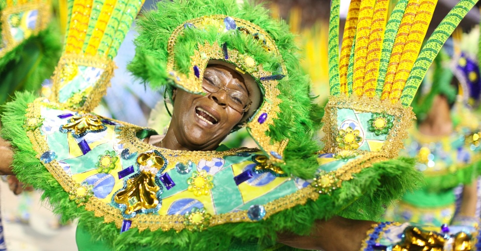 Passistas com as cores da bandeira brasileira mostram como os tropicalistas valorizavam a cultura nacional (19/2/2012)