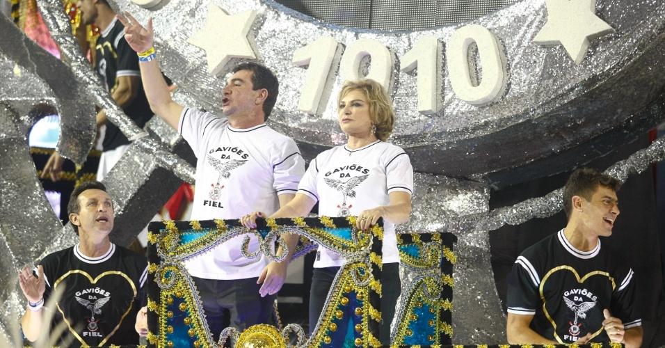 Presidente do Corinthians, Andres Sanchez acompanha a ex-primeira dama, Marisa Letícia, mulher de Lula, homenageado da noite que não pôde comparecer por causa de um tratamento contra um câncer (19/2/2012)