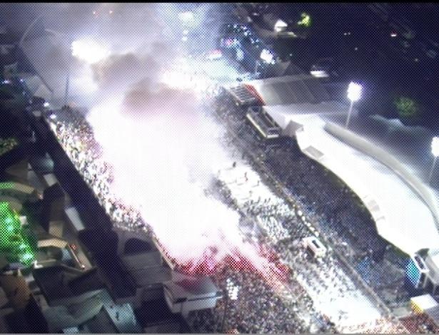 Público da Gaviões da Fiel usa sinalizadores para iluminar o desfile da escola (19/2/2012)