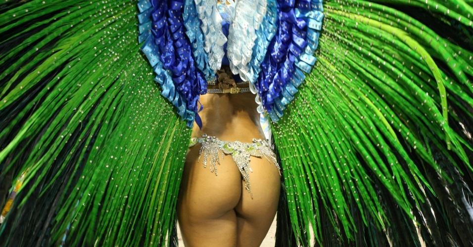 Shayene Cezário de costas com a fantasia