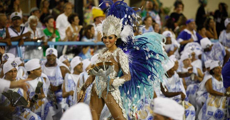Sheron Menezes desfila na escola de samba Portela (19/2/12)