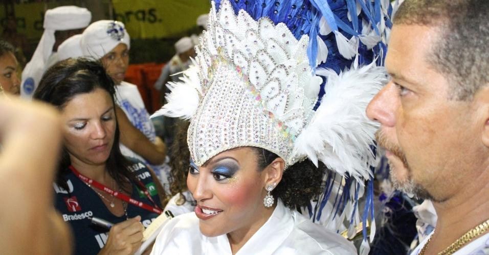 Sheron Menezzes, Rainha da bateria da Portela, na concentração da escola (19/2/12)
