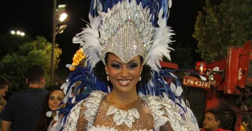 Sheron Menezzes, rainha da bateria da Portela, posa para foto no começo do desfile (19/2/12)