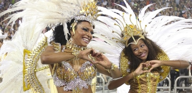 Solange Gomes, rainha de bateria da Dragões da Real, desfila com a filha no Anhembi, em São Paulo (18/2/12)