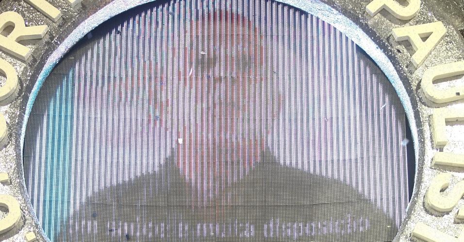 Telão no último carro da Gaviões da Fiel mostrava mensagem de Lula em um telão explicando que não poderia participar do desfile por recomendações médicas (19/2/2012)
