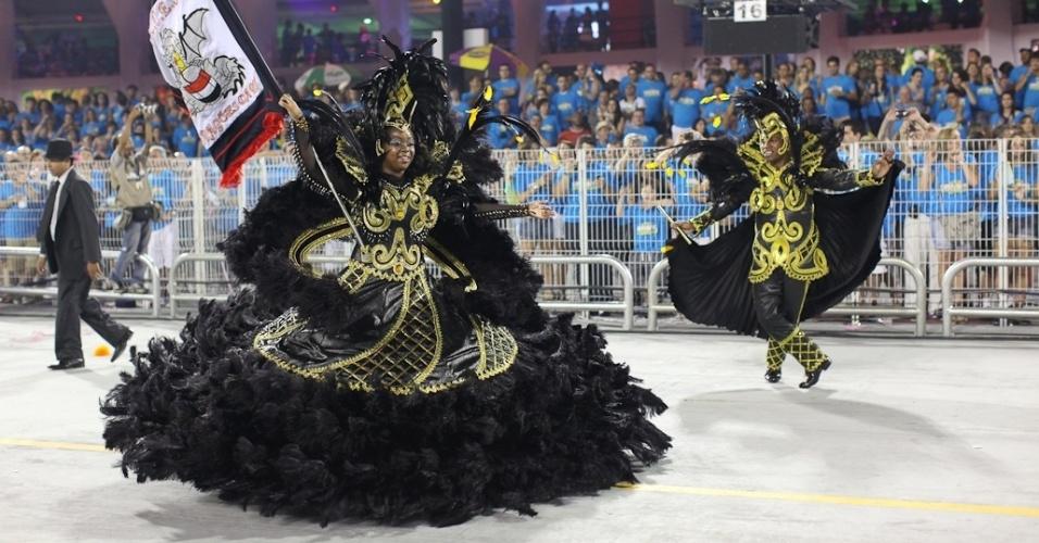 Thiago e Crisley, segundo casal de mestre-sala e porta-bandeira da Dragões da Real, desfilam no Anhembi, em São Paulo (18/2/12)