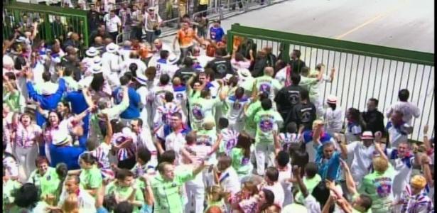 Integrantes da Pérola Negra saem da avenida no último minuto, no Anhembi (18/2/12)