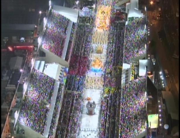 Vista aérea do desfile da Portela, cujo enredo é