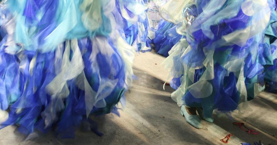 A agremiação de Madureira, organizada pelo carnavalesco Paulo Menezes, entra na Sapucaí um pouco diferente do habitual -- mesmo apostando no tradicionalismo das cores azul e branco, algumas alas exibem tons diferentes, como o dourado, o verde e o vermelho (19/2/12)
