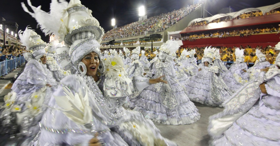 A ala das baianas no desfile da Imperatriz Leopoldinense na Sapucaí, no Rio (19/2/12)
