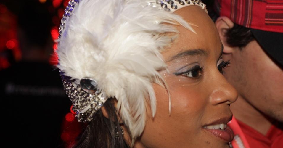 A atriz Aparecida Petrowky caprichou no acessório de Carnaval no cabelo (20/2/12)