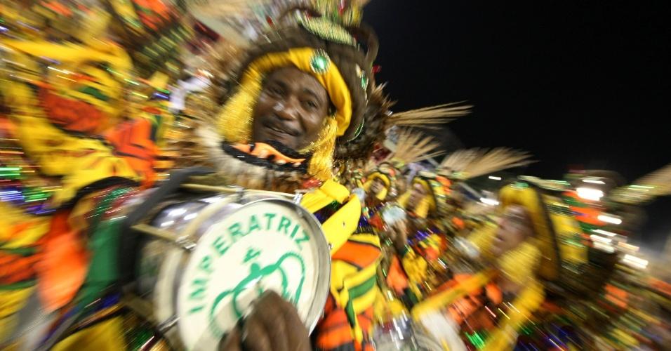 A bateria da Imperatriz Leopoldinense desfila na Sapucaí, no Rio (19/2/12)
