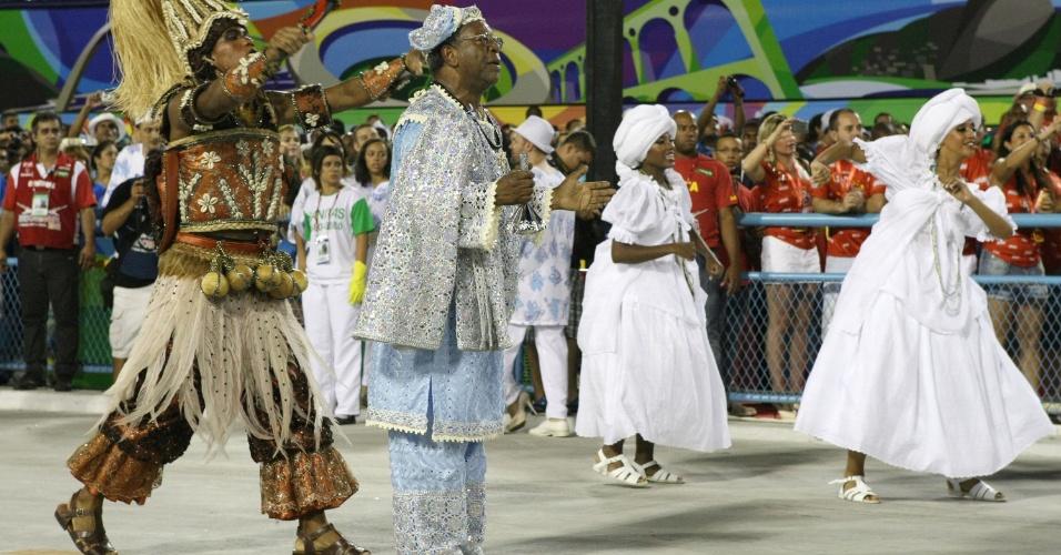A comissão de frente representa os rituais africanos e conta com o ator Milton Gonçalves, vestido como um babalorixá, ou pai-de-santo, o sacerdote do terreiro das religiões afro-brasileiras (19/2/12)
