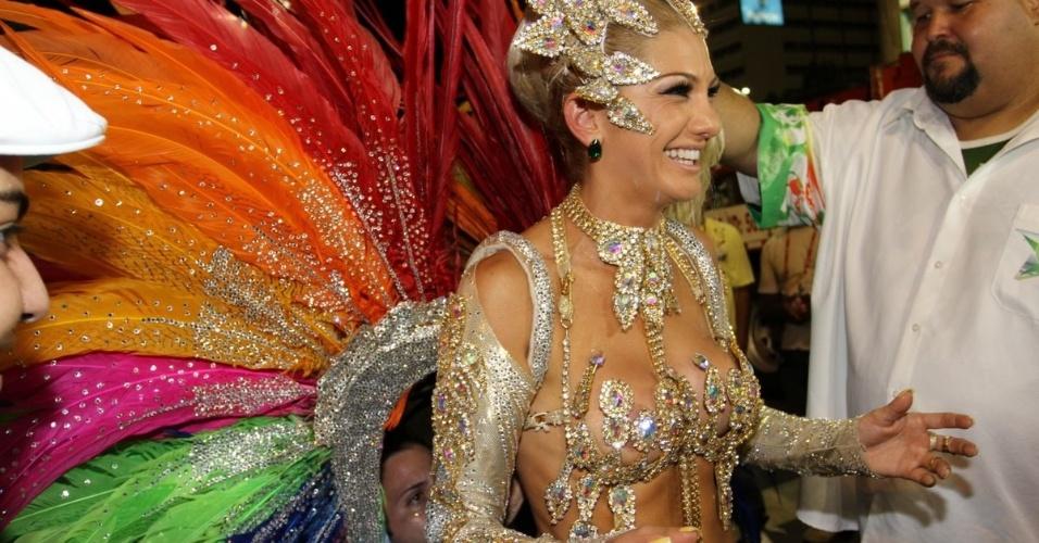 A rainha da bateria da Mocidade Independente, Antonia Fontenelle, exibe sua fantasia (20/2/2012)