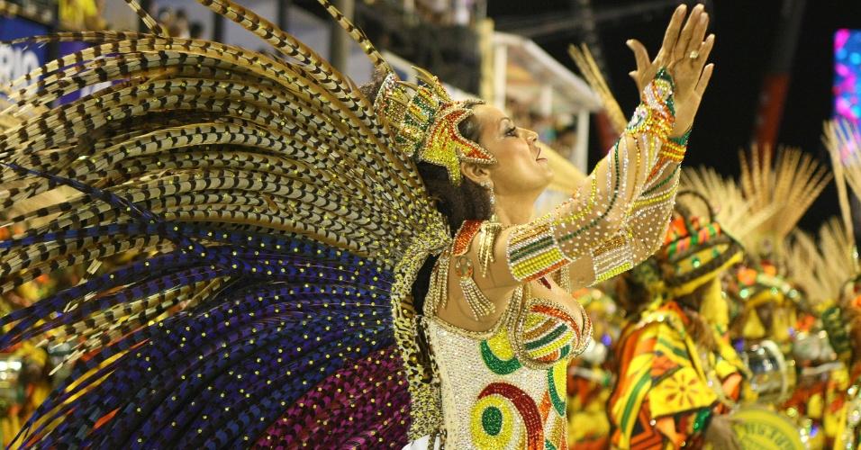 A rainha de bateria Luiza Brunet desfila pela Imperatriz Leopoldinense na Sapucaí, no Rio. A modelo pretende entrar no livro do Guiness como a rainha de bateria mais antiga (19/2/12)