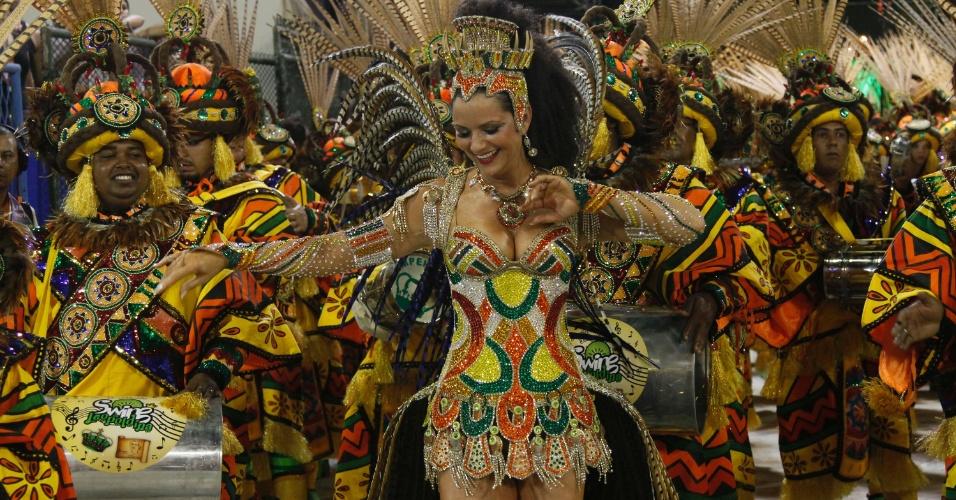 A rainha Luiza Brunet anima a bateria da Imperatriz Leopoldinense na Sapucaí, no Rio (19/2/12)