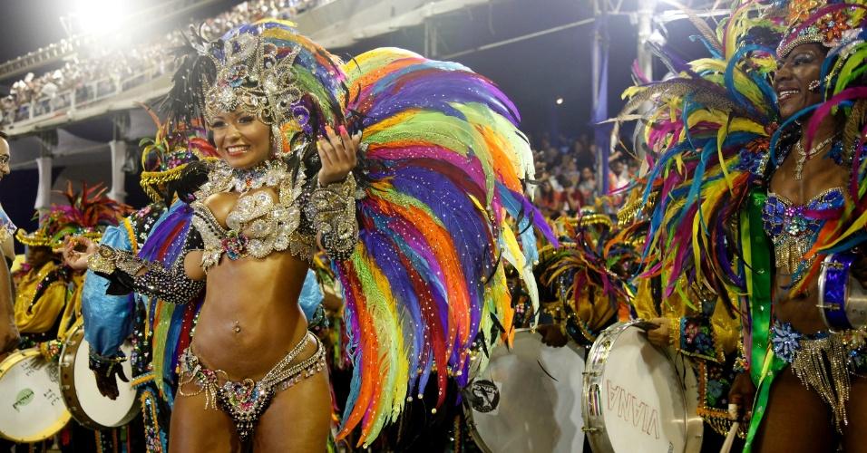 A rainha Raíssa em frente a bateria da Beija-Flor de Nilópolis (20/2/2012)