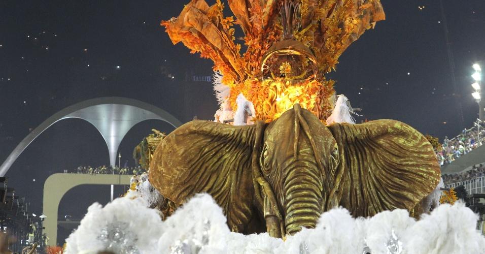 Alegoria de elefante em carro da Porto da Pedra, cujo enredo falou do iogurte (20/2/2012)