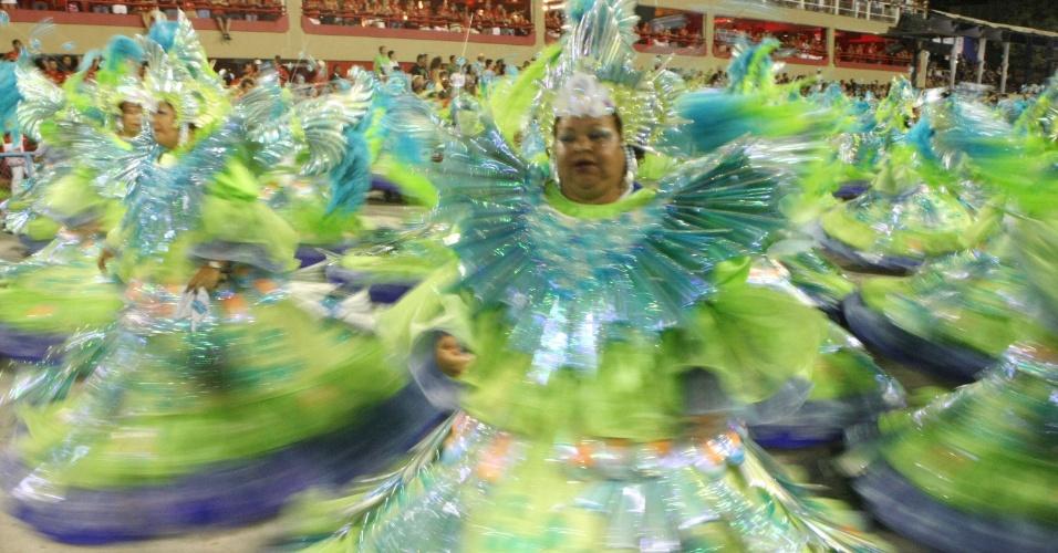 As festas e rituais baianos, que também envolvem a água, estão simbolizadas pela ala das baianas, todas vestidas de azul e verde, e também pelo carro