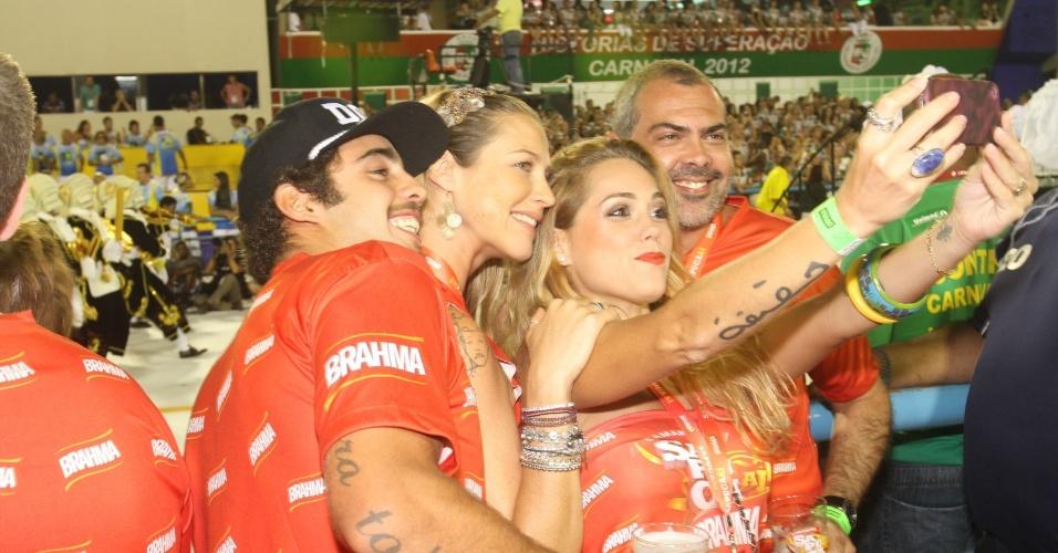 Atriz Luana Piovani curte o Carnaval com o marido, Pedro Vianna, e amigos