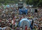 Foliões pulam Carnaval ao som de Beatles no bloco Sargento Pimenta no Rio de Janeiro
