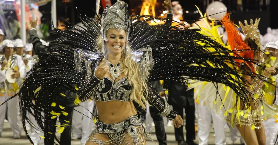Bruna Almeida, rainha de bateria da São Clemente samba em desfile na Marquês de Sapucaí, no Rio (20/2/12)