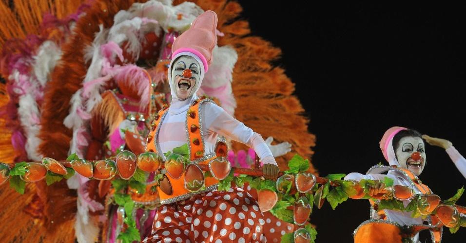 Carro alegórico da Porto da Pedra que mostra as misturas do iogurte com frutas (20/2/2012)