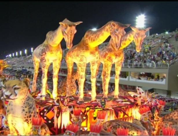 Carro alegórico da Vila Isabel traz girafas da África (20/2/2012)