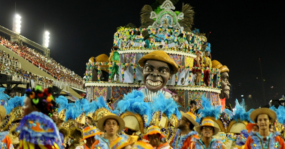 Carro da Portela traz boneco de Gilberto Gil como destaque (19/2/12)
