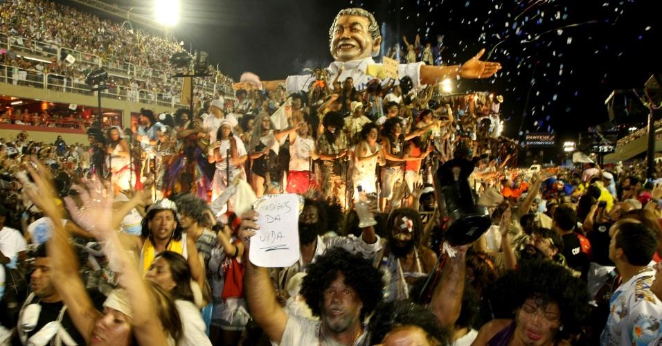 Carro em homenagem a Joãosinho Trinta é descoberto durante desfile da Beija-Flor (20/2/2012). Escola ia usar Jesus Cristo no último carro, mas foi proibida e substituiu a imagem pela a do carnavalesco, que é maranhense