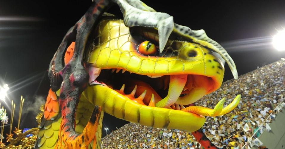 Cobra faz parte do carro que mostra quimera no desfile da Beija-Flor (20/2/2012)