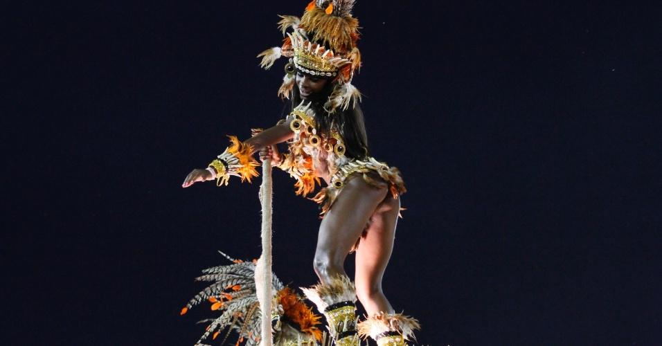 Destaque de carro da Vila Isabel, que incluiu o kuduro, dança típica da Angola, em seu desfile (20/2/12)