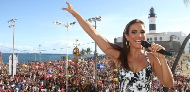 Em dia ensolarado, Ivete Sangalo se apresenta para mais de 4.500 foliões do Bloco Coruja (20/2/12)