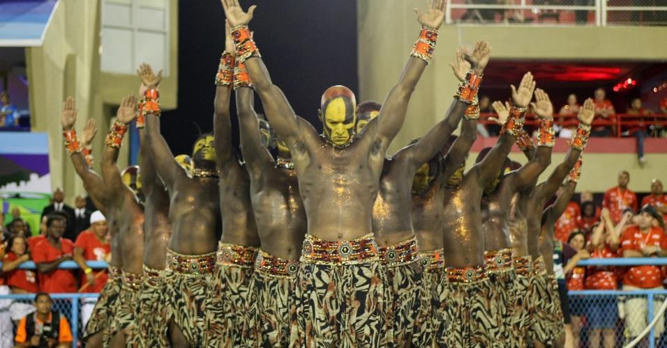 Integrantes da comissão de frente da Vila Isabel que representa a savana africana (20/2/2012)